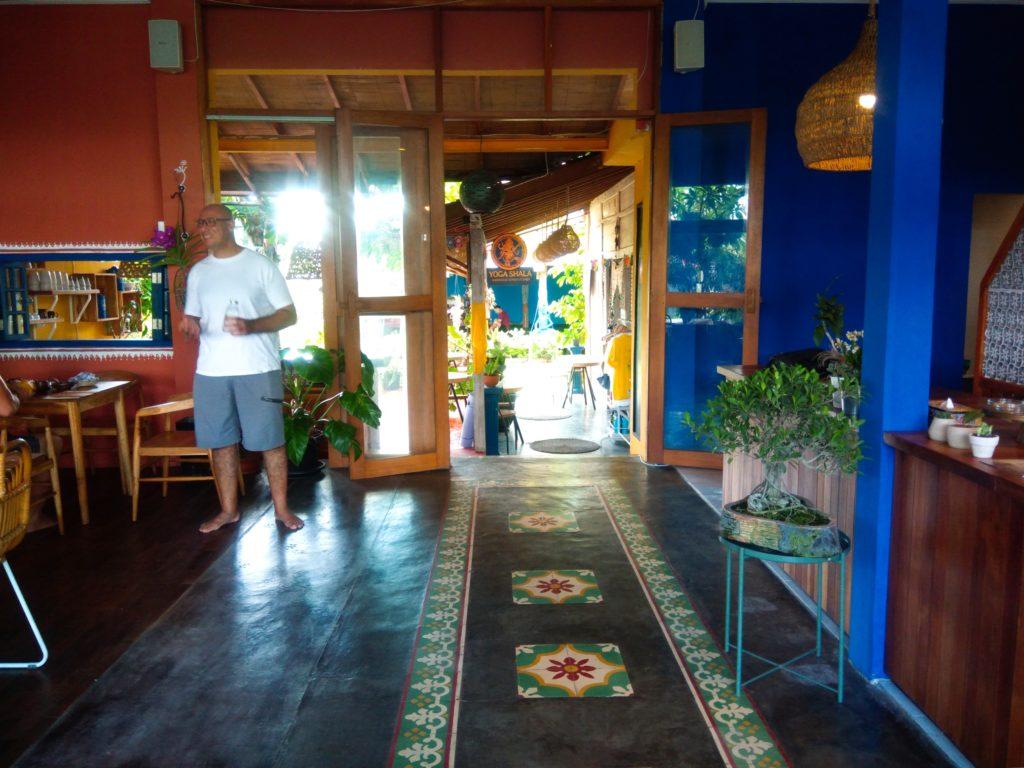 バリ島クロボカンのヨガシャラ&ベジタリアンレストラン、オーナーと店内