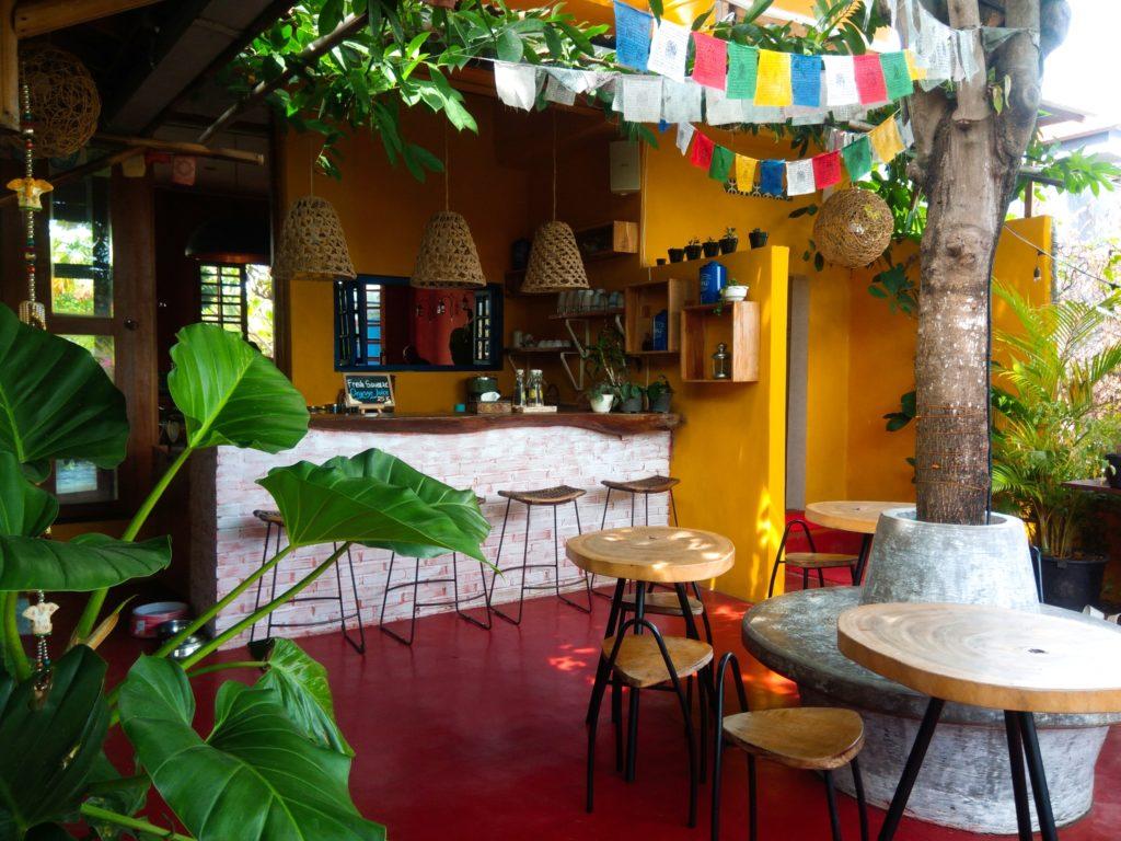 バリ島クロボカンのヨガシャラ&ベジタリアンレストラン、中庭