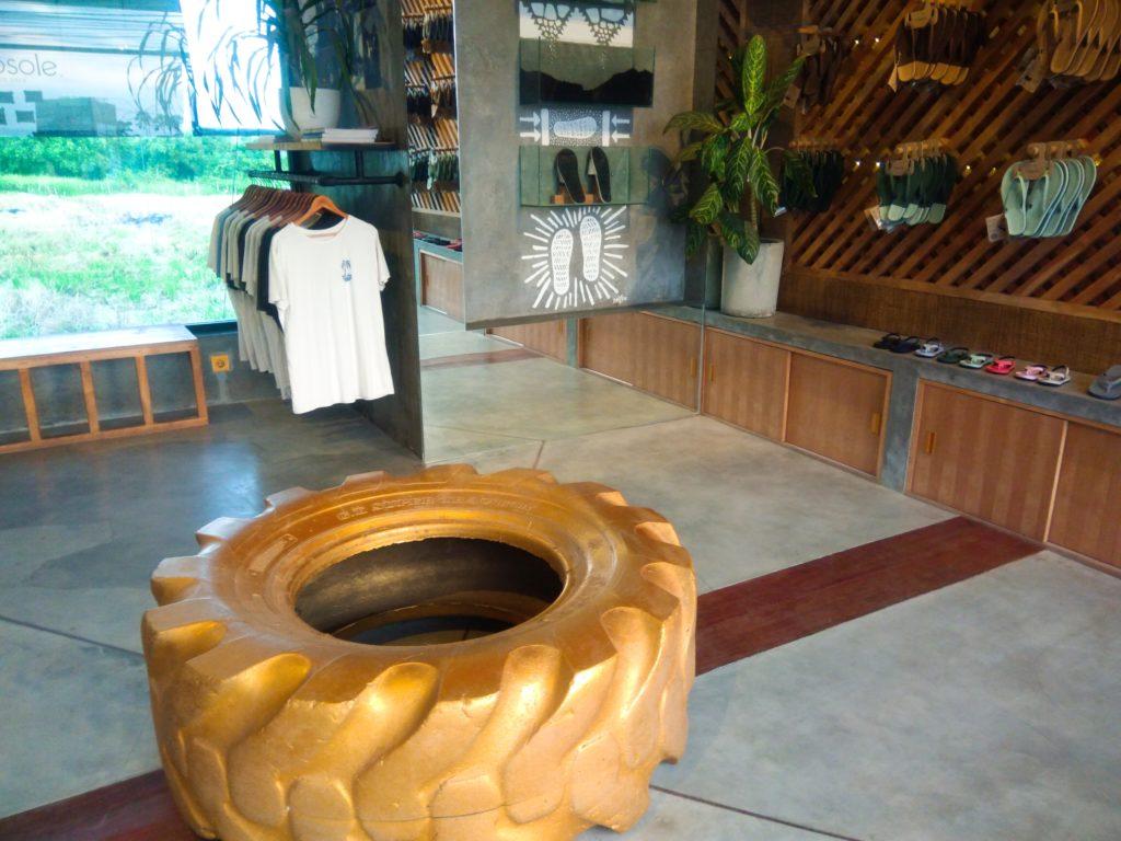 バリ島リサイクルタイヤのエコサンダル、店内