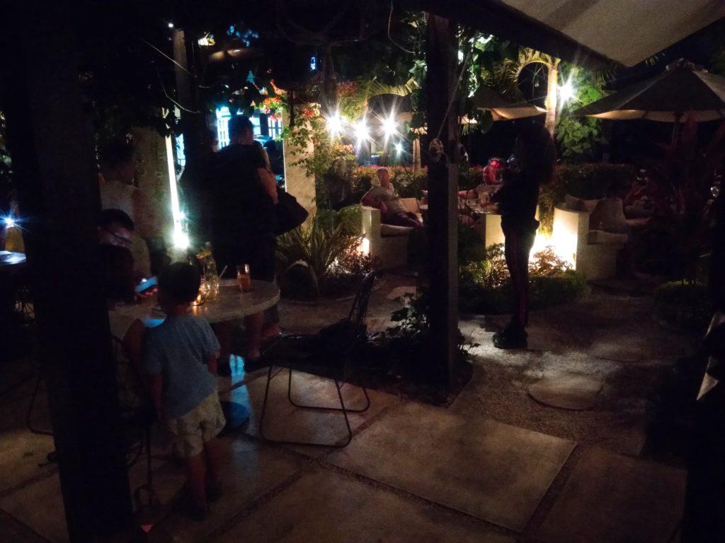 バリ島ウマラスのカフェ&レストランKembaliディナー店内