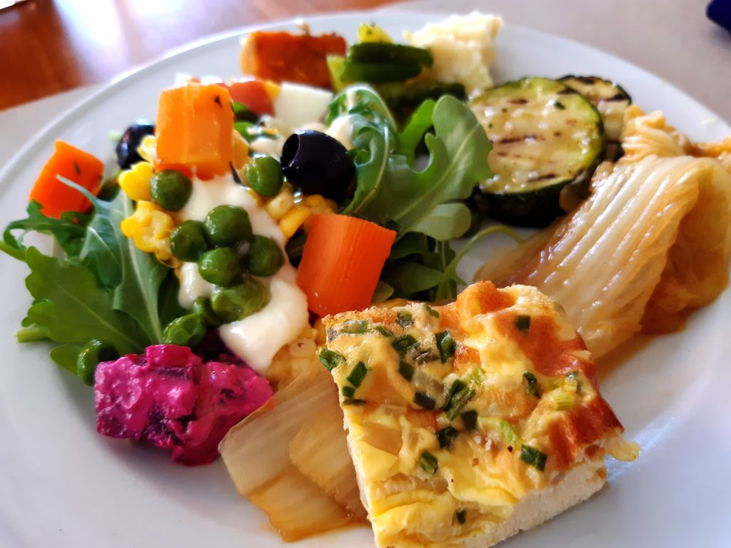 バリ島イタリアンレストラン、トラットリアサラダバー大盛り