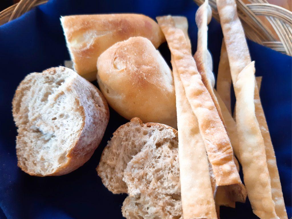バリ島イタリアンレストラン、トラットリアのパン