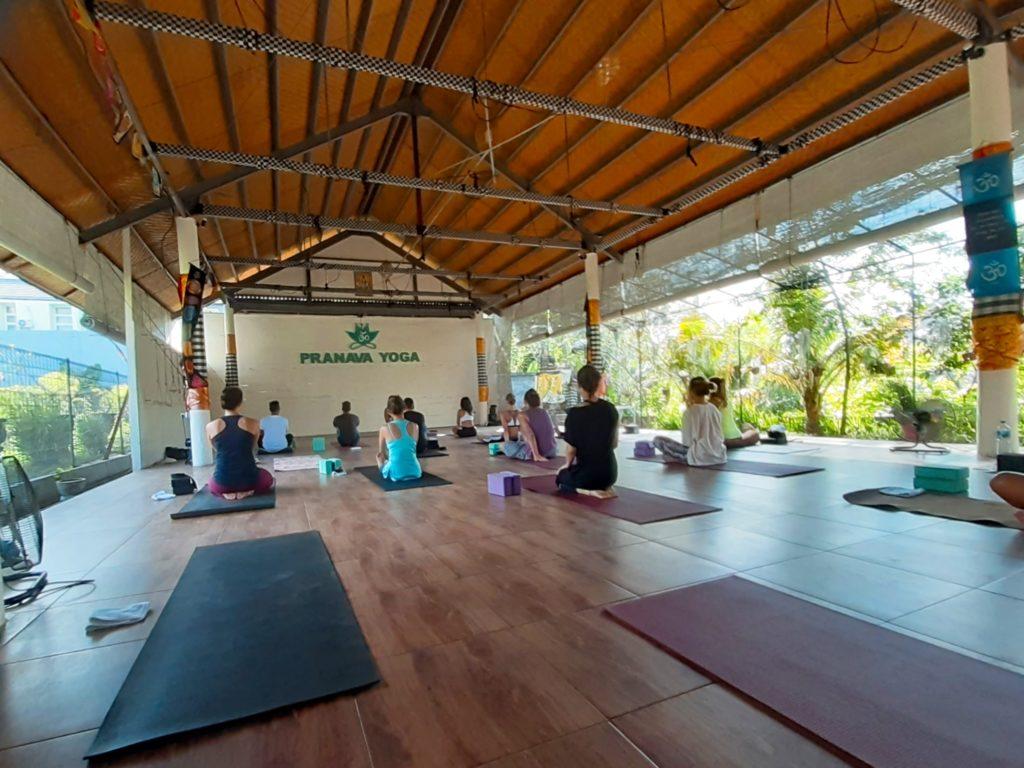 バリ島チャングーのヨガスタジオ「Pranava Yoga」クラス風景