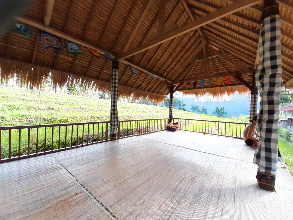 バリ島チャングーのヨガスタジオ「Pranava Yoga」ガゼボで待合