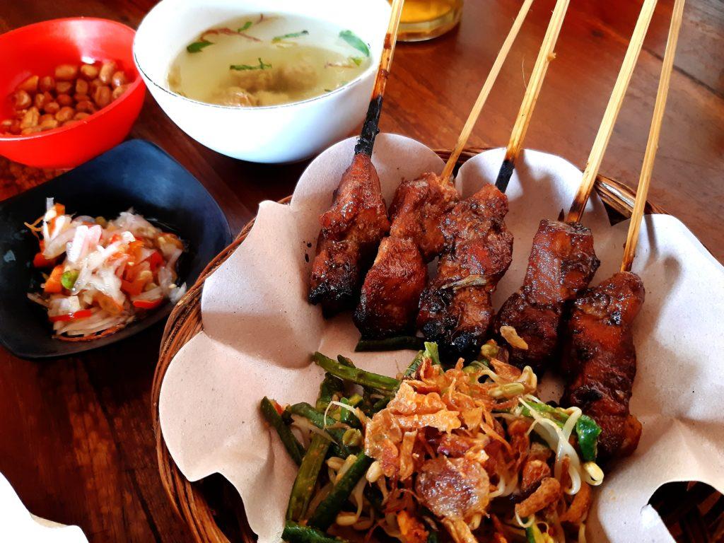 バリ島観光、チャンディダサで魚のサテを食べる!