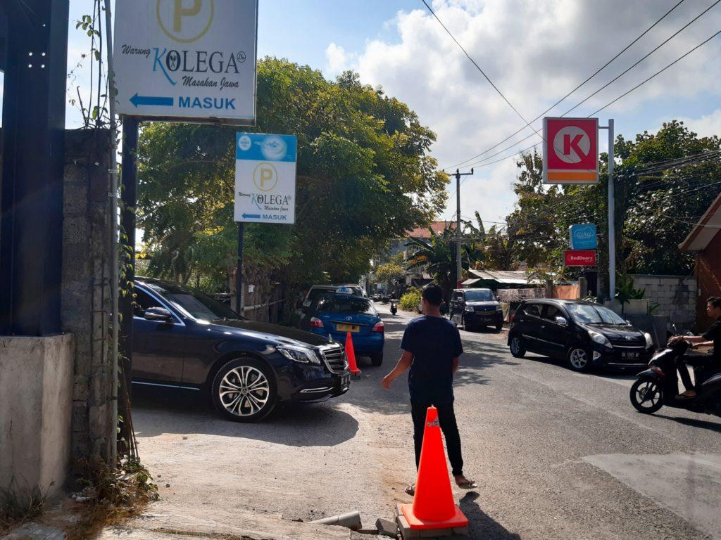 バリ島ハラールナシチャンプル、ワルンコレガ駐車場