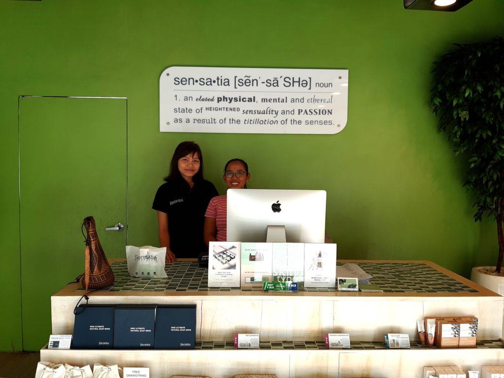 バリ島ナチュラルコスメの王道、Sensatiaセンセイシャのジャスリ店スタッフ