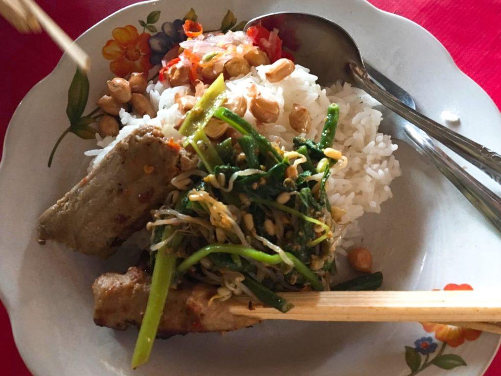 バリ島チャンディダサのワルンで魚のサテの食べ方