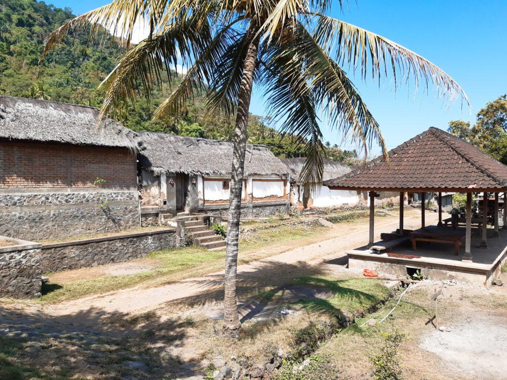 バリ島穴場の観光地バリ・アガの村トゥガナン村の通路