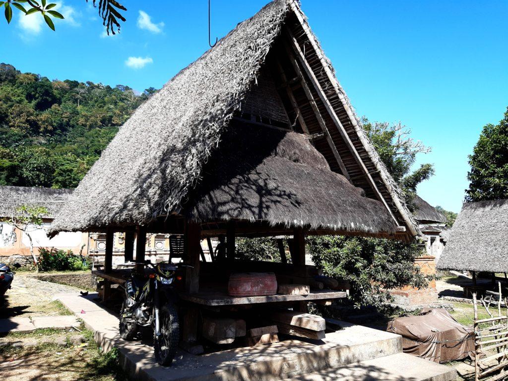 バリ島穴場の観光地バリ・アガの村トゥガナン村の東屋