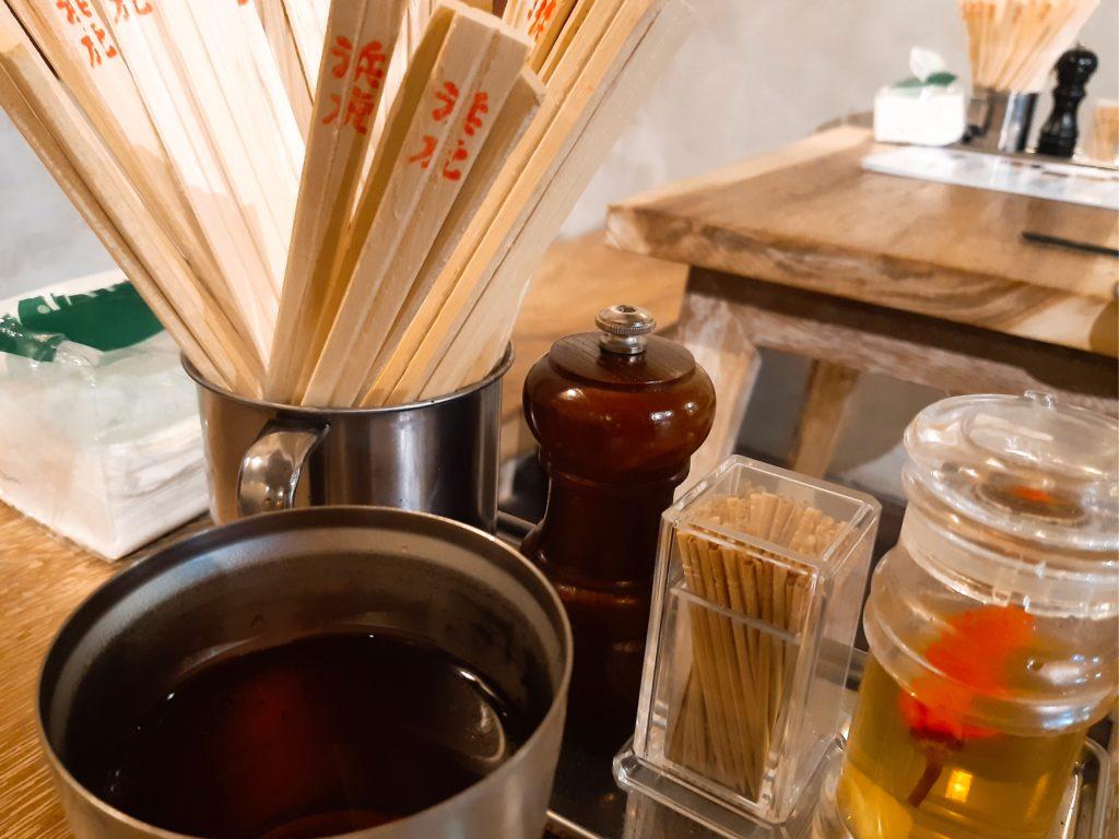 バリ島チャングーのラーメンレストラン浜虎テーブル上のセット