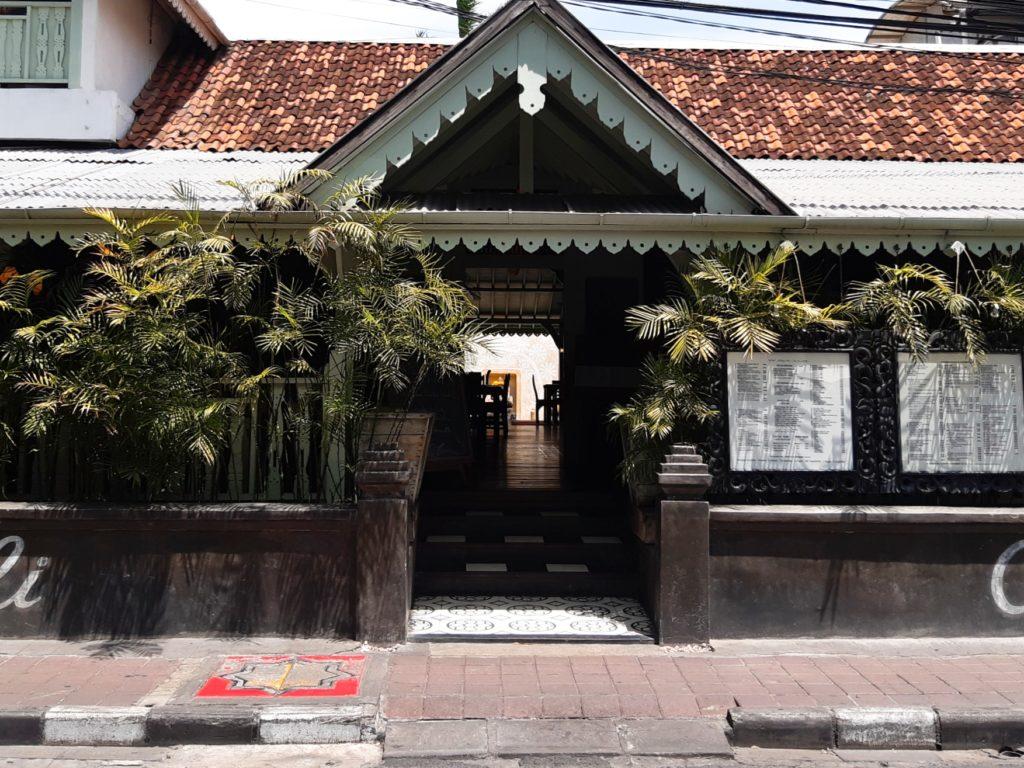 バリ島老舗のオシャレカフェ・レストラン「Cafe bali」外観