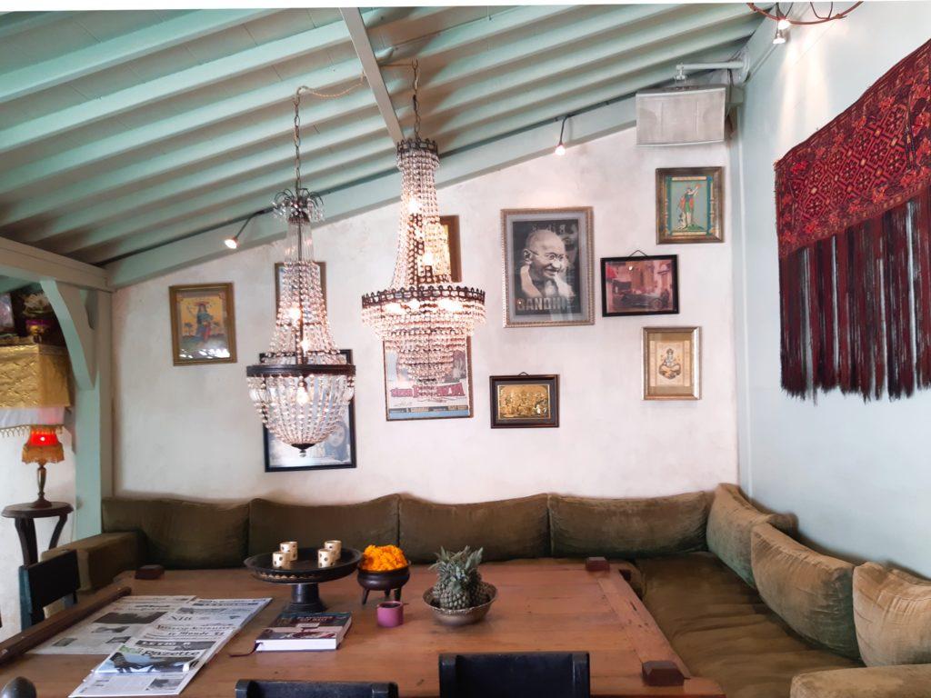 バリ島老舗のオシャレカフェ・レストラン「Cafe Bali」の奥の席