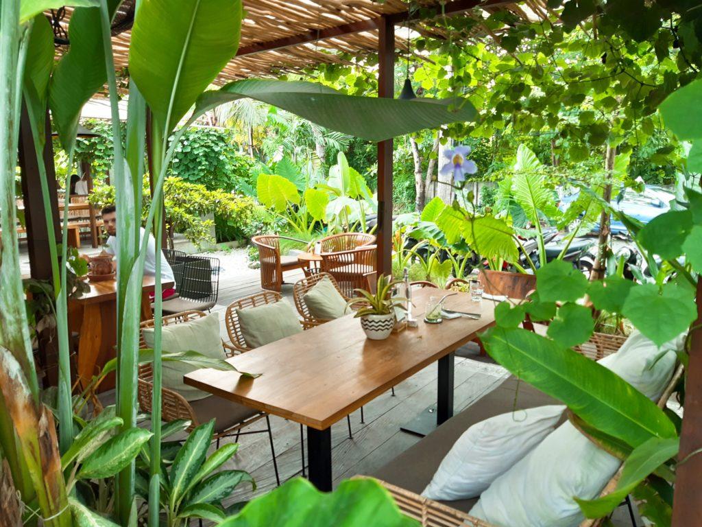 チャングーのヴィーガンレストラン「Manggis」庭
