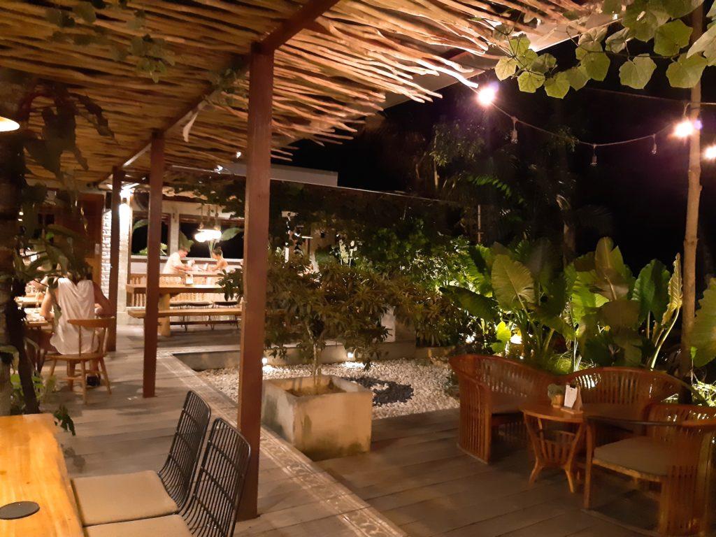 チャングーヴィーガンレストラン「Manggis」夜の庭