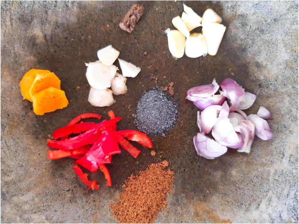 インドネシア料理にトライ!ナシクニンと食べるココナッツふりかけ