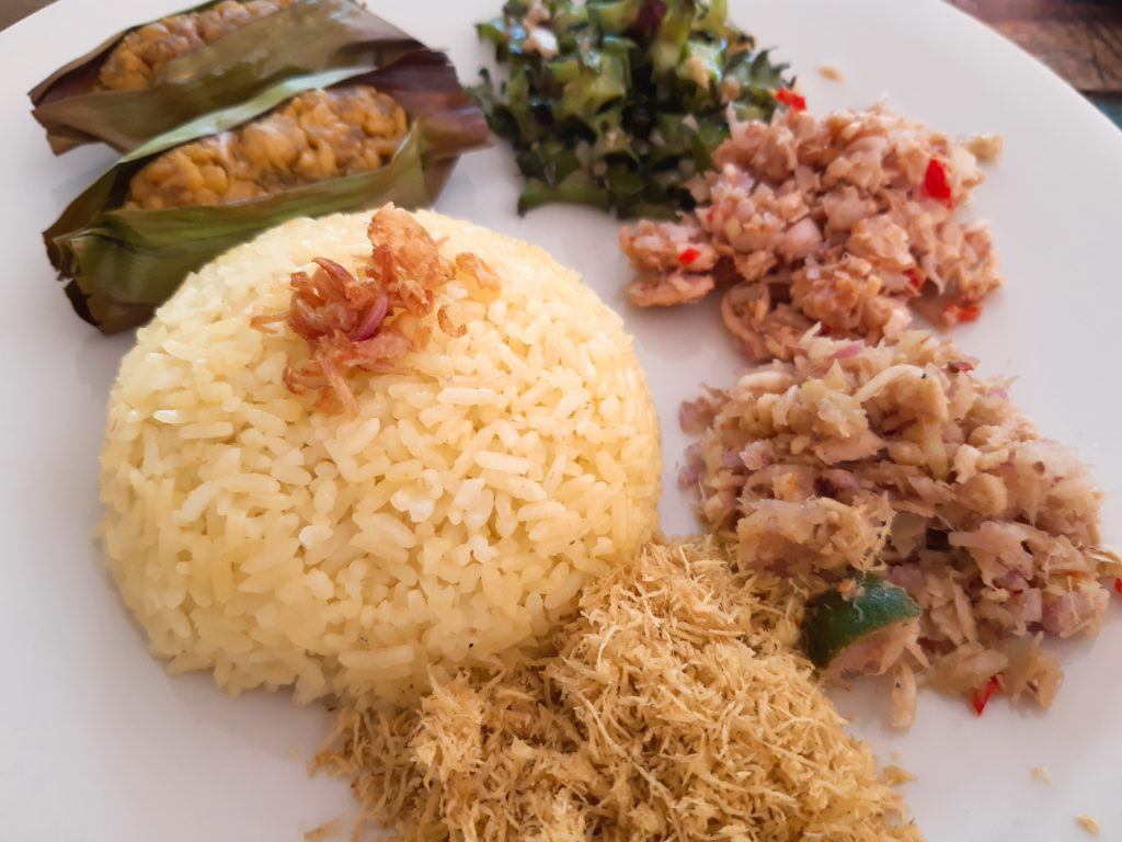 インドネシア料理にトライ!ナシクニンとココナッツふりかけ盛り付け例