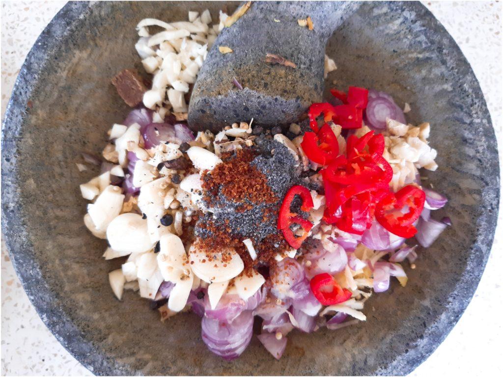インドネシア・バリの調味料ブンブダサール材料を石臼へ