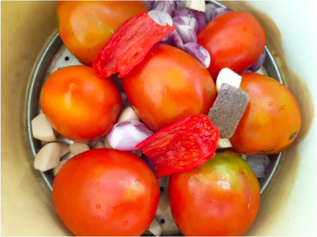 お家でインドネシア料理!サンバルトマトの材料を蒸す