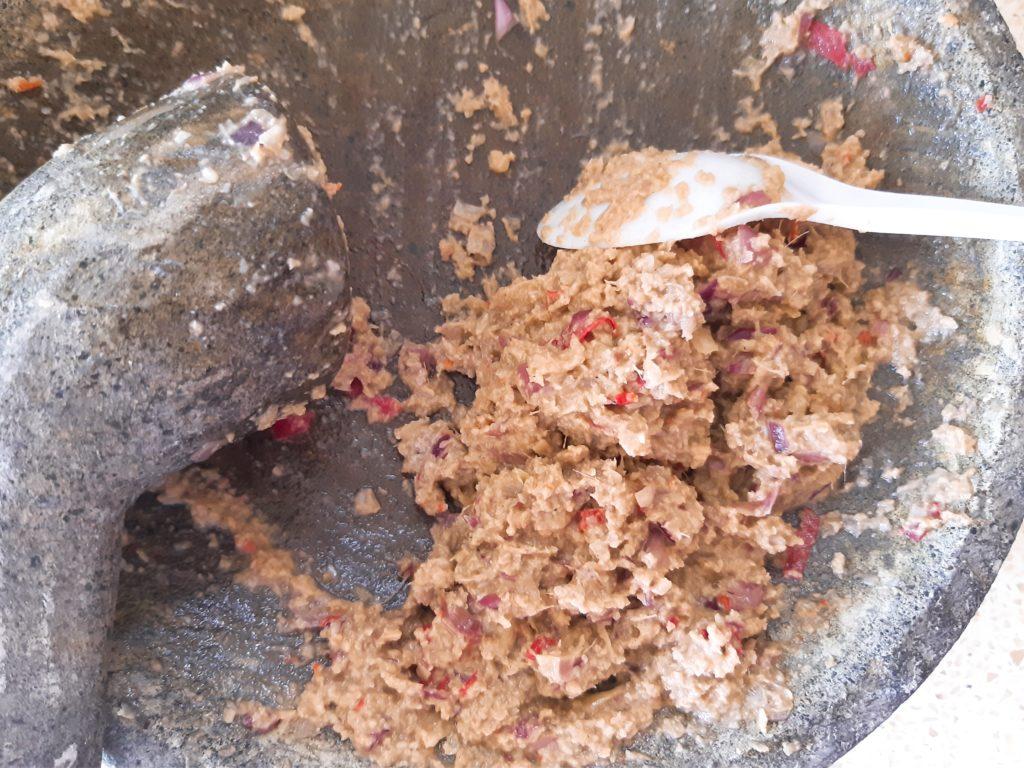 インドネシア料理・バリレシピのイカンピンダンのブンブを石臼で潰す