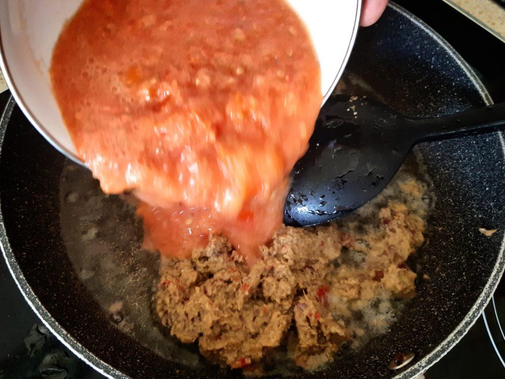 インドネシア料理・バリレシピのイカンピンダンのトマトソース炒める