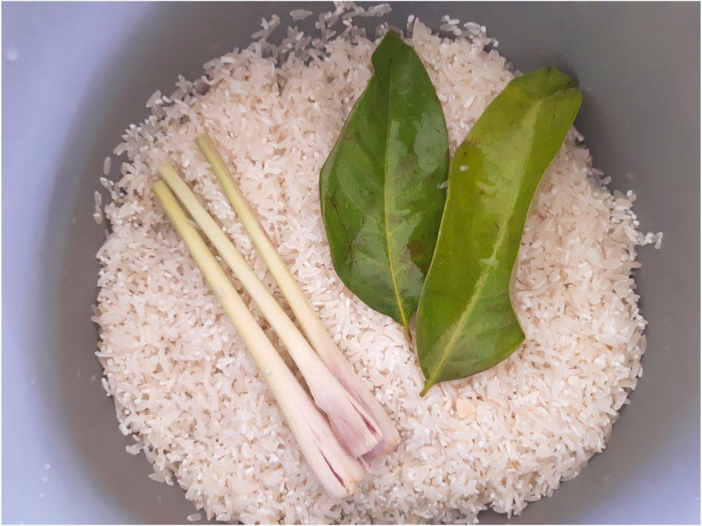 インドネシア料理にトライ!ナシクニンの炊飯器の用意