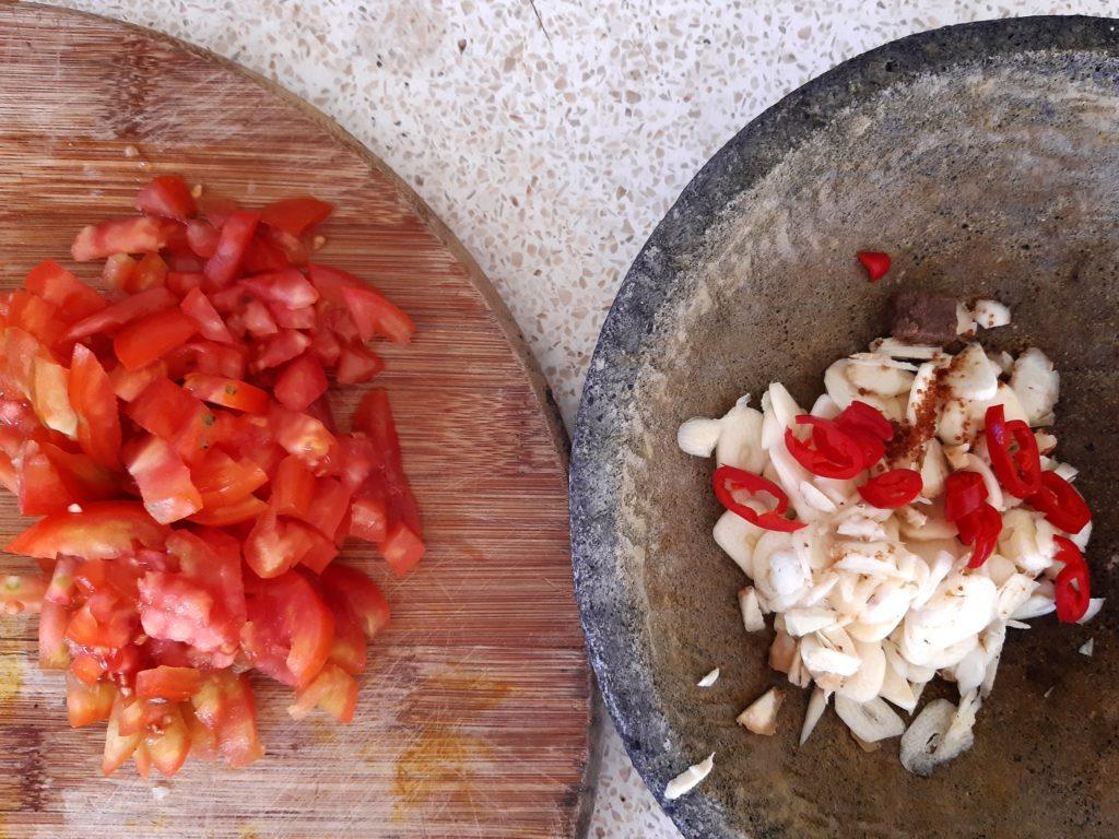 バリ料理スナチュク、材料を刻む