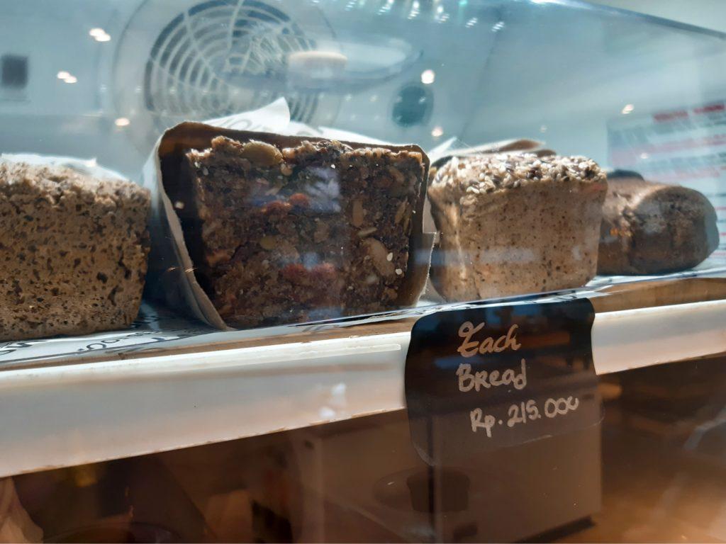 バリ島チャングーのオーガニックスーパーSamadiの高級パン