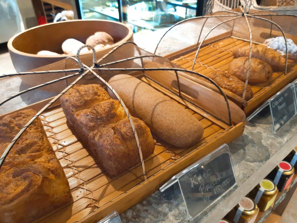 バリ島チャングーのオーガニックスーパーSamadiのパンコーナー