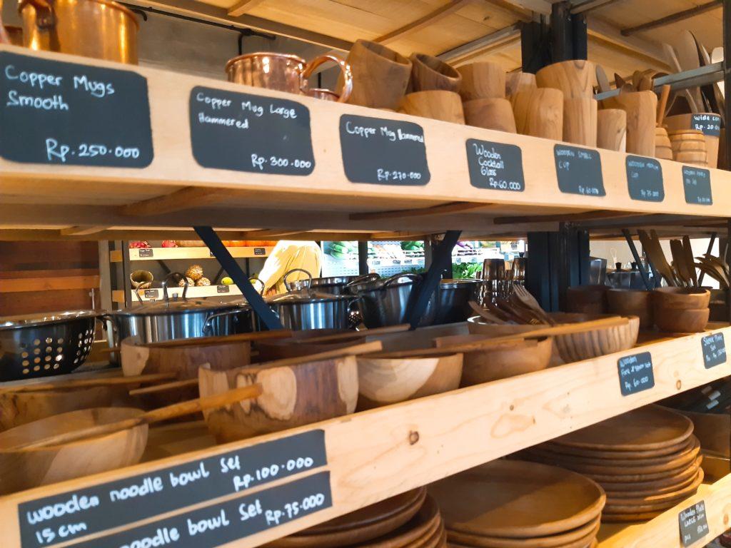 バリ島チャングーのオーガニックスーパーSamdiの木製食器