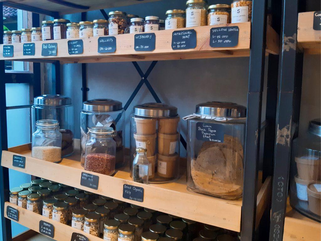 バリ島チャングーのオーガニックスーパー量り売り米、豆、