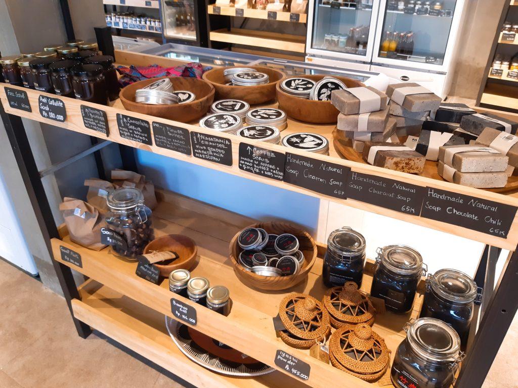 バリ島チャングーのオーガニックスーパーSamadiのナチュラル雑貨、竹炭