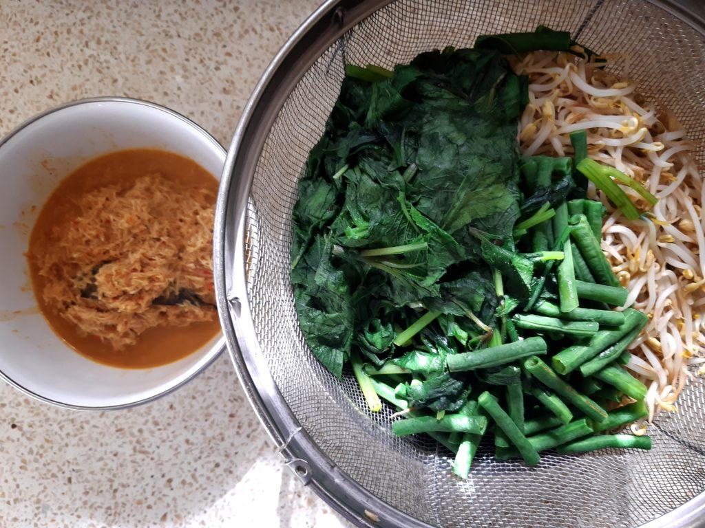 サユールウラップ、茹で野菜とブンブ