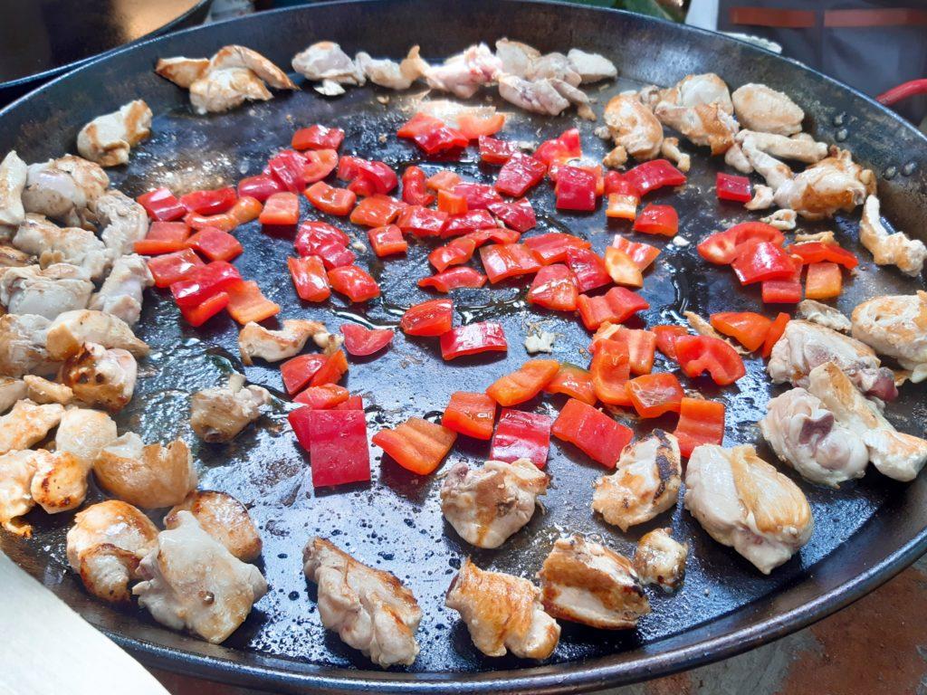 チャングーLaBrisaマーケット、パエリアの肉を焼く