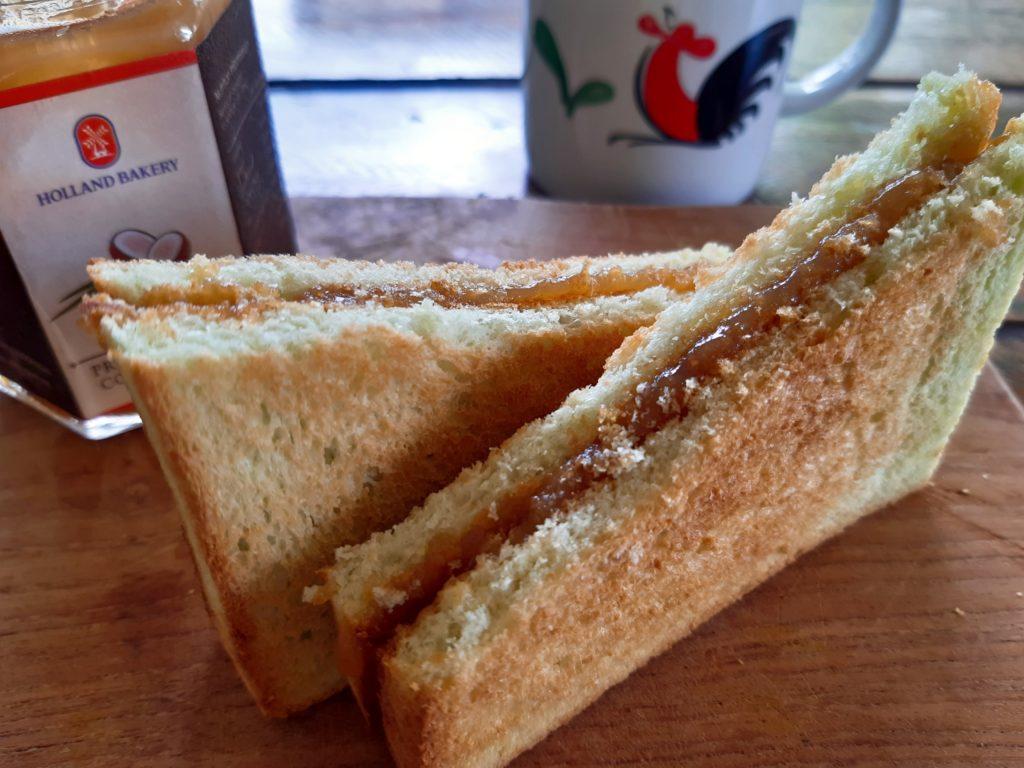 バリ島パン&ケーキ屋ホーランドベーカリーのカヤジャムトースト朝ごはん