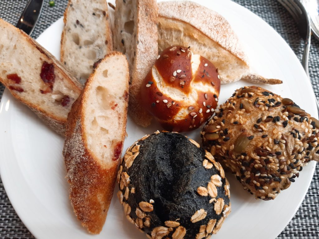 ケンピンスキーバリのブランチ、パン