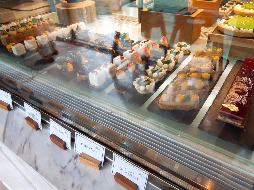 ケンピンスキーバリのブランチ、デザートミニケーキ